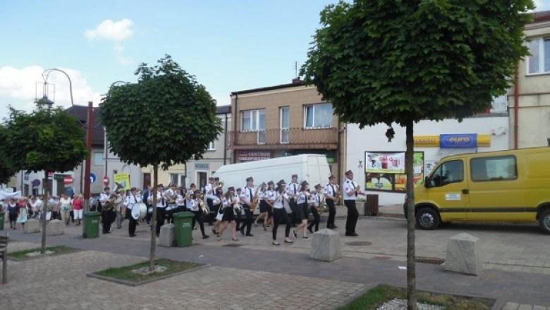 Orkiestra na czele korowodu seniorów na Chęcińskim rynku